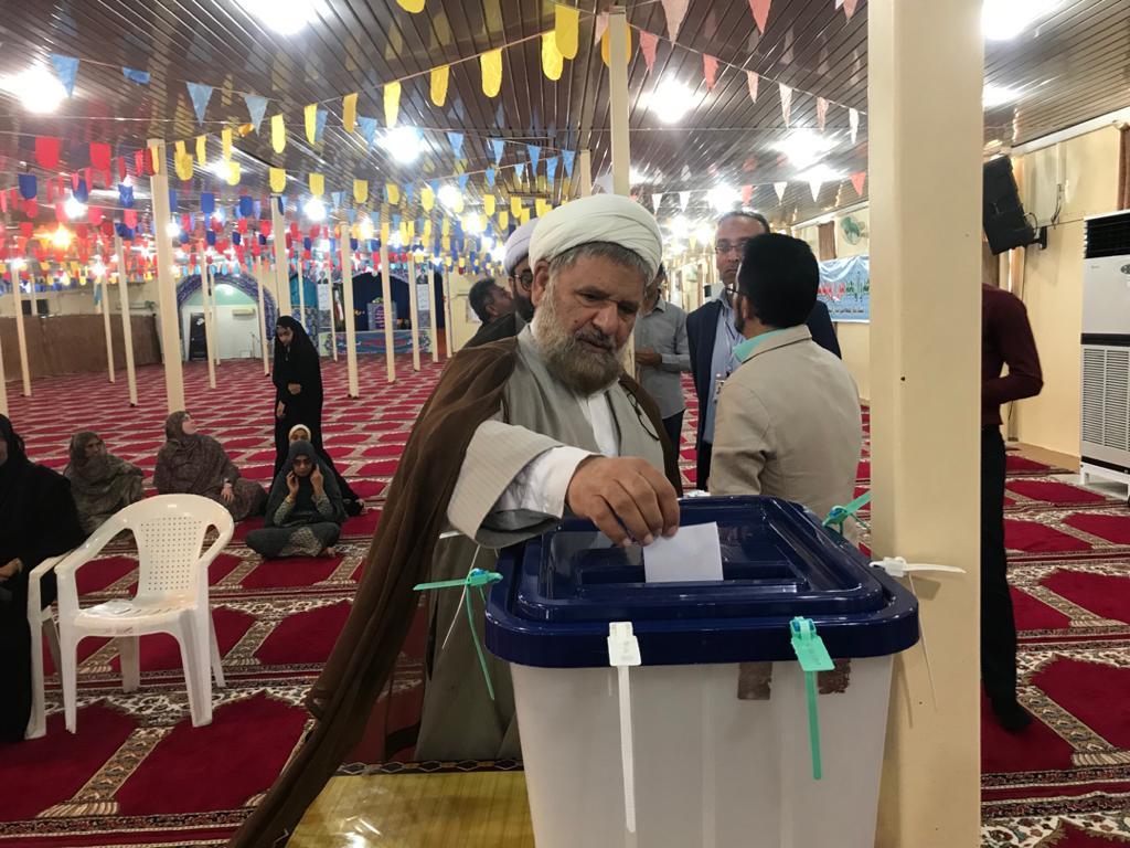امام جمعه قشم رای خود را به صندوق انداخت